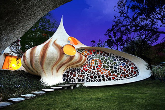 16-33-Worlds-Top-Strangest-Buildings-Nautilus-house